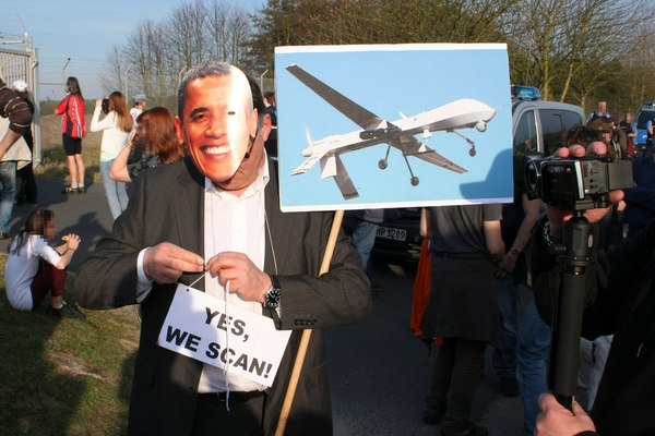 [Foto: President Obama says Yes, we scan]