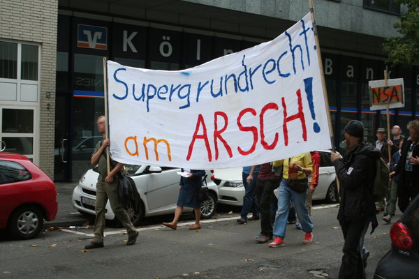 [Foto: Transparent: Supergrundrecht am Arsch]