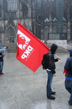 [Foto: Demonstrant mit DKP-Fahne]